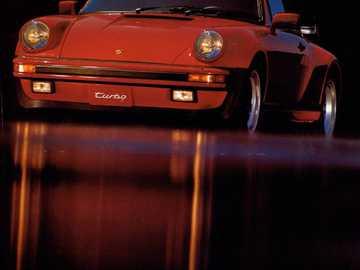1985 Porsche 911 Turbo - Ceci est une photo d'une voiture de sport.