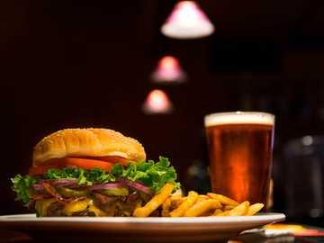 Hamburguesa con cerveza - hamburguesa y papas fritas en un plato. Eugene, Estados Unidos