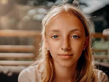 Portret van een jong meisje - vrouw in wit shirt met ronde hals. Zweden