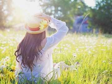 Kvinna i fältet - Kvinna som tycker om fältet