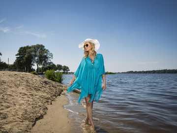 Kvinna som går - Kvinna som går längs kusten