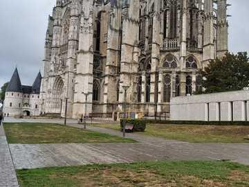 Катедралата Бове - Катедралата Бове и музеят на заден план