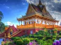 buddhistiska tempelblommor - Tempel, blommor, träd, himmel
