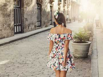 gata med en tjej - flicka i en färgglad klänning på gatan