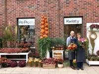 sklep ogrodniczy - przed sklepem ogrodniczym