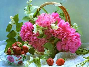 Blumen in einem Korb - Blumen und Erdbeeren in einem Korb.