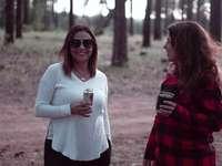 femeie în pulover alb care deține cana albă din ceramică - Prieteni camping, flanelă, în pădure, bând bere. West Clear Creek Canyon, Camp Verde, AZ, SUA
