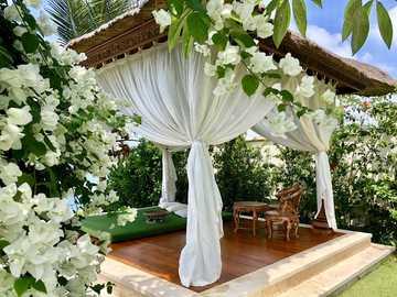 En härlig lusthus i blommaträdgården - En härlig lusthus i blommaträdgården