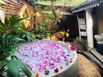 Lyxigt badrum - Lyxigt badrum, vatten, ljus, blommor, kronblad