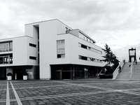zdjęcie domu w skali szarości - Nazwa placu pochodzi od ważnego dla Maastricht roku 1992, kiedy to w gmachu rządu podpisano Trakta