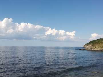 Bulutlardan yansıyanlar .. - синьо море под синьо небе през деня.