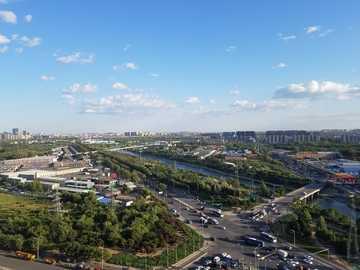 goed zicht vanaf hoge plaats - auto's rijden overdag. Beijing, China