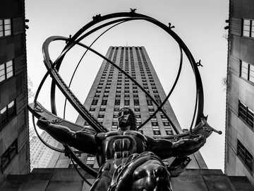 Atlas-standbeeld, New York 2018 - grijswaardenfoto van man rijpaard standbeeld. ATLAS, Rockefeller Plaza, New York, NY, VS.
