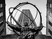Atlas Statue, Nowy Jork 2018 - zdjęcie w skali szarości przedstawiające człowieka na koniu. ATLAS, Rockefeller Plaza, Nowy Jork