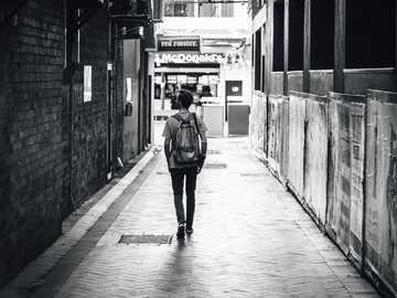 steegje in Brisbane - man lopen tussen betonnen gebouwen. Brisbane, Australië
