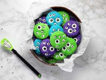 """Biscotti Crinkle """"Monster"""" - biscotti in una ciotola sulla superficie bianca."""