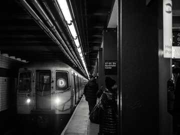 Ein Tag in New York - Zug vorbei in Bahnhof Graustufenfotografie. New York, Vereinigte Staaten