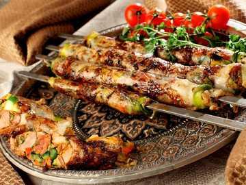 refeição deliciosa - Bandeja, espetos, carne, vegetais