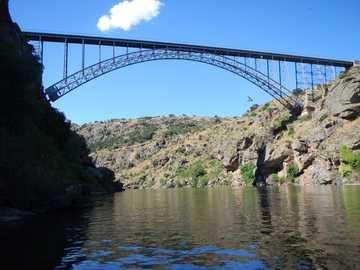 Requejo-Brücke - Das Hotel liegt zwischen Pino del Oro und Villadepera. Zamora - Spanien