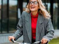 Fiets meisje - Meisje met fiets in rood overhemd