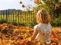 dívka v listí