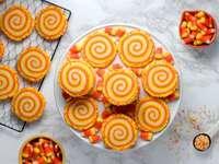"""verschiedene Brote - Spiralzuckerplätzchen """"Candy Corn""""."""
