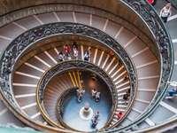 Spiralne schody w muzeum w Watykanie w Rzymie
