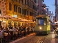 Casco antiguo con tranvía en Roma - Casco antiguo con tranvía en Roma