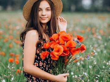 mulher na campina com papoulas - m ......................