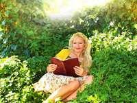 Идвам сам в градината - жена в жълта рокля, седнала на поле със зелена трева.