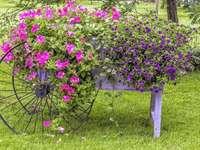 Zahradní dekorace. Zasazený vozík na seno - Zahradní dekorace. Zasazený vozík na seno