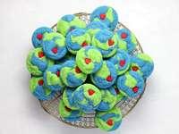barevné sušenky na tácku