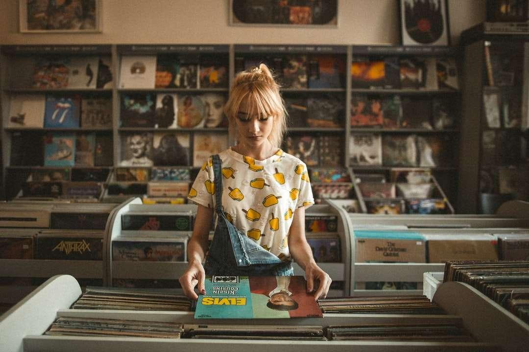 Elvis dans un magasin de disques