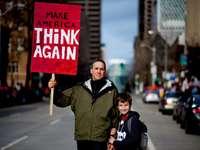 man naast jongen met rode en witte rally bewegwijzering - Vrijheid, verantwoordelijkheid en een goed vaderfiguur. Een man uit Seattle gaat de straat op om te