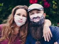 2 Frauen mit Gesichtsfarbe - In einer Welt, in der Gesichtsmasken zur neuen Normalität werden. Wir möchten das ändern und Ihr