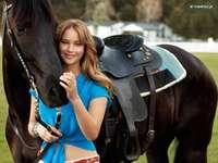 nő egy lóval