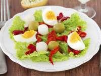 Insalata con l'uovo - Mangia insalata con uovo sodo