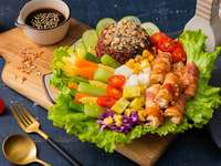 Speckröllchen zwischen Gemüse