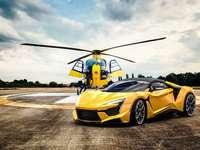 A helikopter a Fenyr autó mellett - m ...................
