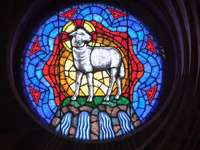 Gebrandschilderd glas schapen - wit en blauw paard en paard print rond decor. Budapest, Hongarije