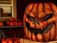 Heureux Jack - Décor d'Halloween Jack-o-Lantern sur le dessus de la table marron. Bowling Green, États-Unis
