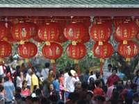 Rouge pour le nouvel an chinois - suspendus autour de lanternes rouges près de la foule pendant la journée. Saraburi, Thaïlande