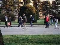 хора, ходещи по сив бетонен път през деня - Миналата събота направих една дълга разходка с прияте�