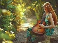 niña con una guitarra en el bosque - m ....................