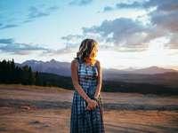 donna in piedi sulla spiaggia - donna in abito estivo tiedye Telluride. Telluride, Stati Uniti