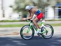man riding on road bicycle during daytime - Iba camino de casa cuando observé que se estaba realizando  el sector de bici de un triatlón que a