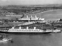 RMS Olímpico - RMS Olympic (em primeiro plano) Southampton, Inglaterra em 1933