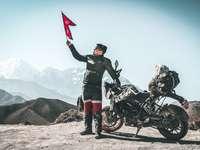 na naší cestě do lo manthangu. zakázané království lho - muž, který držel rudou vlajku stojící vedle černé sportovní kolo během dne. Lo Manthang, Ne