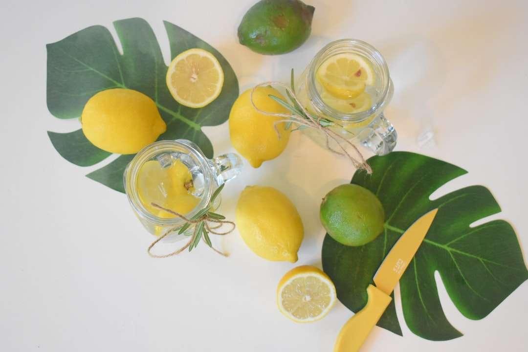 gesneden citroen op helderglazen pot