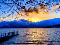 ηλιοβασίλεμα πάνω από τη λίμνη - Μ ..........................